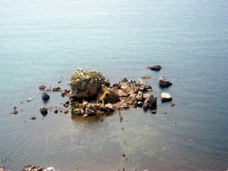 Судак. Камни в море.